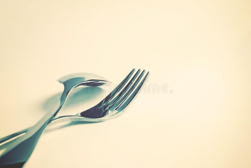 Foco seletivo do fim que dinning acima a forquilha e a colher da pratas sobre imagens de stock royalty free