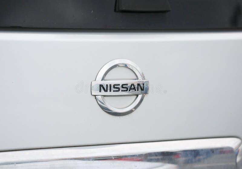 Foco seletivo do logotipo de Nissan fotos de stock