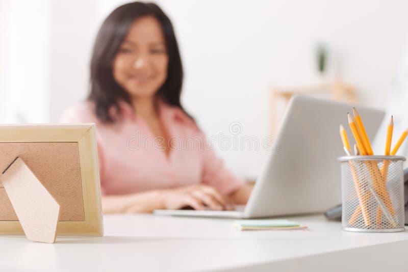 Foco seletivo do quadro da foto no escritório fotos de stock