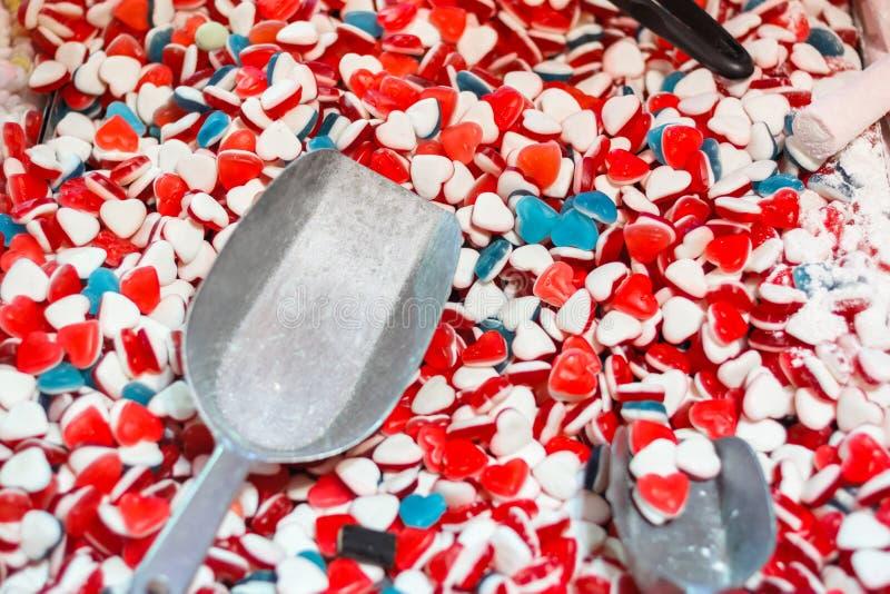 Foco seletivo, doce geleia de açúcar mole em forma de coração em exibição no mercado de Natal na Wonderland de inverno foto de stock