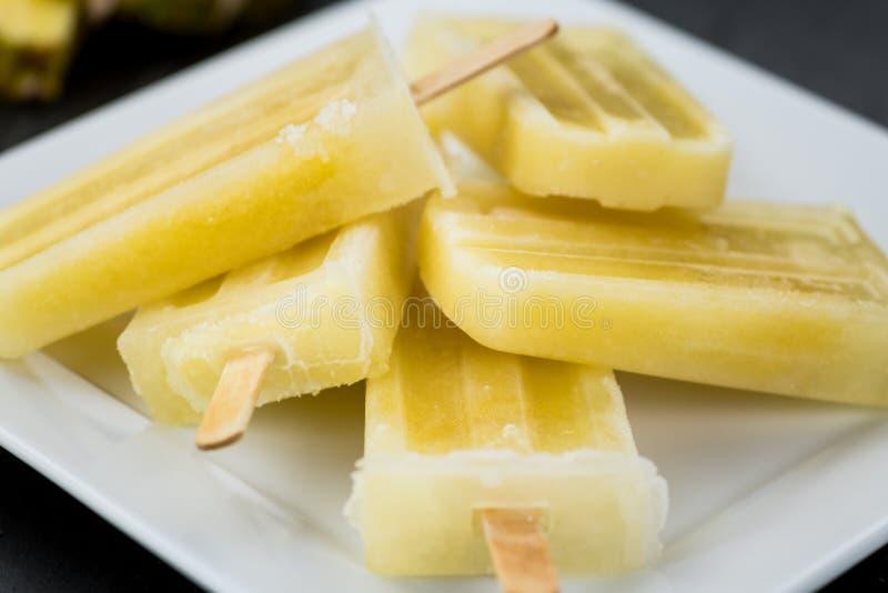 Foco seletivo dos picolés caseiros do abacaxi fotos de stock