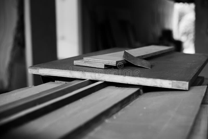 Foco seletivo monocromático no papel da areia com a placa de madeira na fábrica imagens de stock royalty free