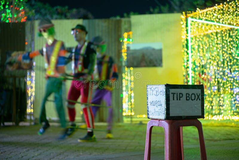 Foco seletivo na caixa da ponta na frente do desempenho de dança na rua pública Os meios da língua tailandesa agradecem-lhe para  fotos de stock royalty free