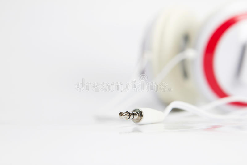 Foco seletivo na tomada audio dos fones de ouvido no fundo branco foto de stock royalty free