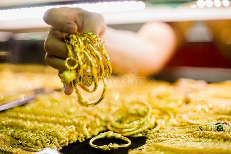 Foco seletivo para entregar guardar a joia do ouro foto de stock royalty free
