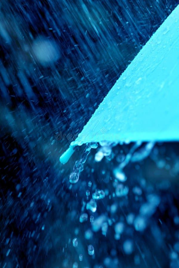 Foco seletivo para o fim acima de uma peça do guarda-chuva que tem a chuva d foto de stock
