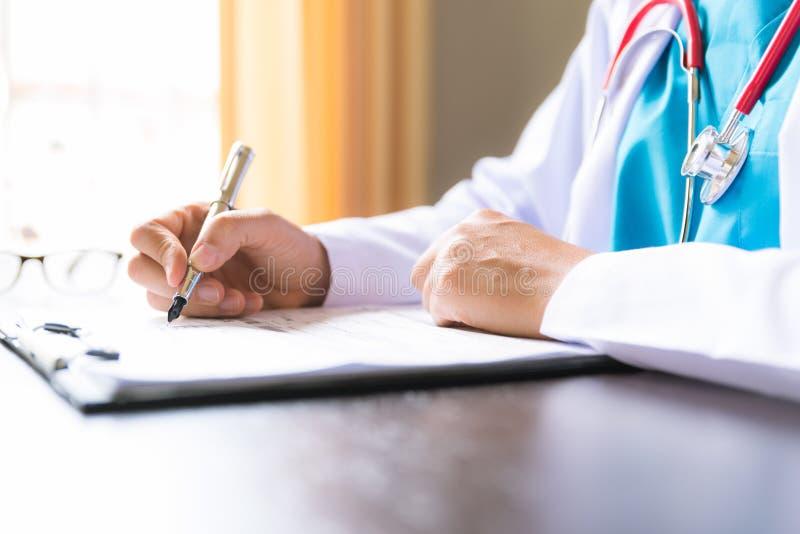Foco suave de la mano femenina del doctor que lleva a cabo el formulario de inscripción fotos de archivo