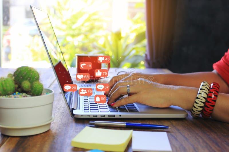 Foco suave de la mujer joven del freelancer que trabaja usando el ordenador port?til en cafeter?a, tecnolog?a de comunicaci?n y n imagen de archivo