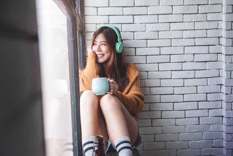 Foco suave de la mujer joven que se relaja con música foto de archivo