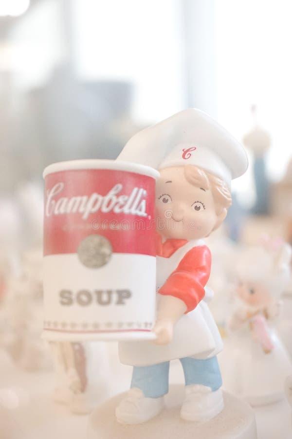 Foco suave de un muchacho del cocinero que sostiene una poder de sopa de Campbells fotos de archivo libres de regalías