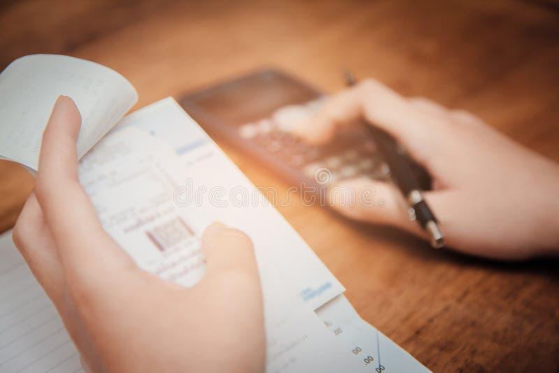 Foco suave Empañe a las mujeres jovenes de la mano están calculando impuesto sobre la renta individual fotos de archivo libres de regalías