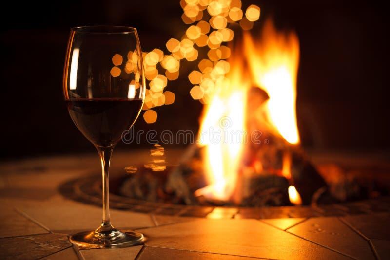 Focolare con un vetro di vino immagine stock libera da diritti