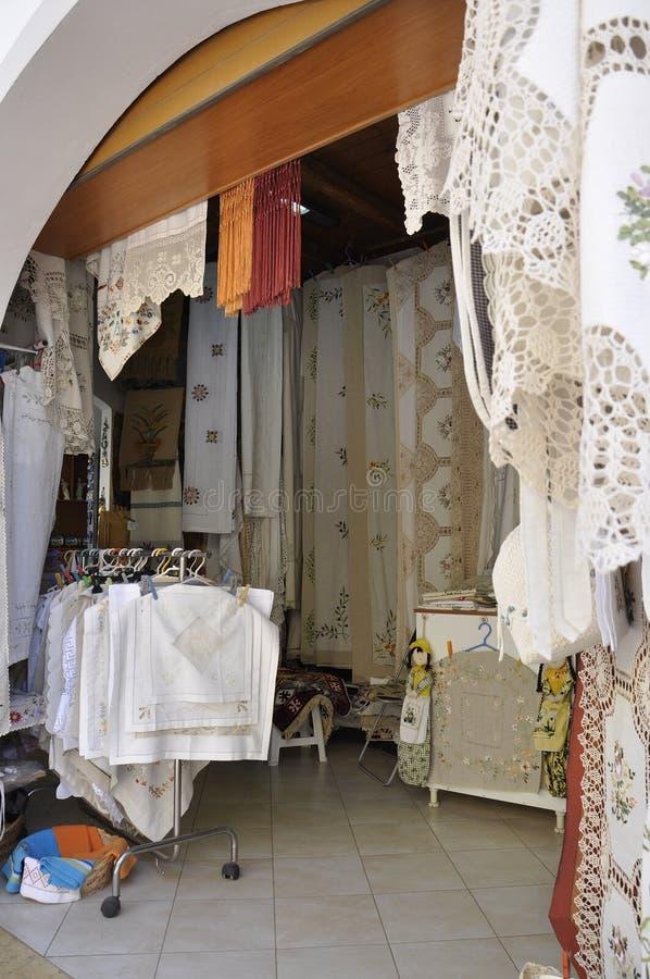 Fodele september 1.: Souvenir shoppar i den Fodele byn från Kretaön av Grekland arkivfoton