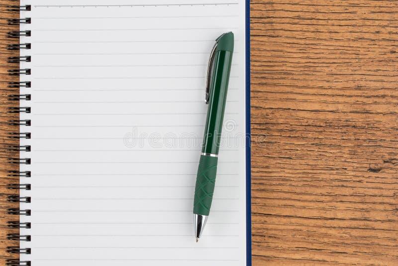 Fodrad anteckningsbok och penna, anteckning för kontrollistaminneslistapåminnelse royaltyfria foton