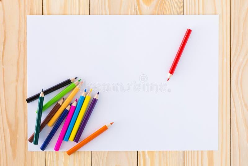 Fodrade färgrika färgpennor arkivbild