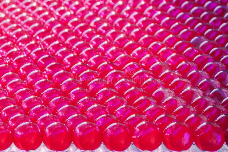 Fodrade skinande hydrogelbollar i livlig fuchsiafärg royaltyfri bild