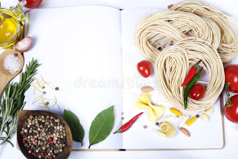 Fof de los ingredientes que hace las pastas italianas foto de archivo libre de regalías