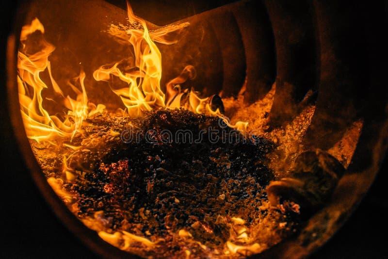 Fogão aberto com fogo brilhante foto de stock