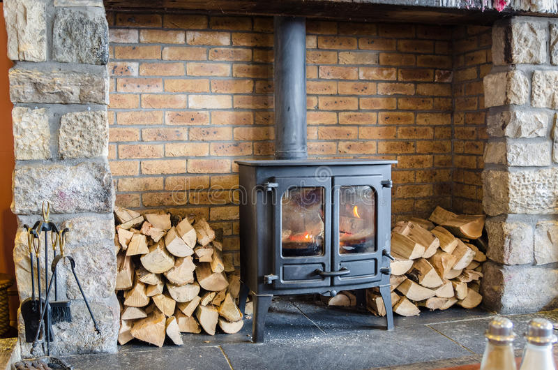Fogão ardente de madeira fotografia de stock royalty free