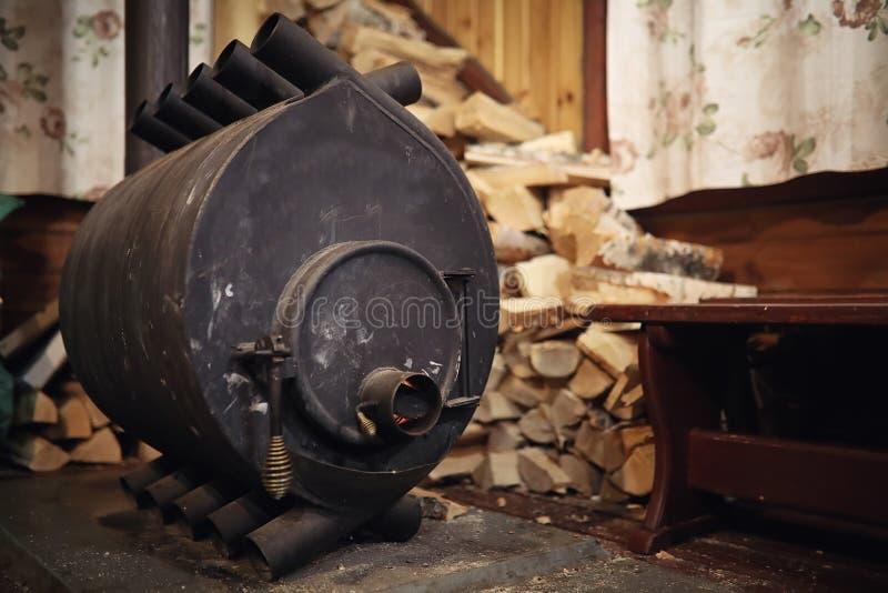 Fogão ardente de madeira Lenha para o aquecimento da fornalha Armazém para fotos de stock