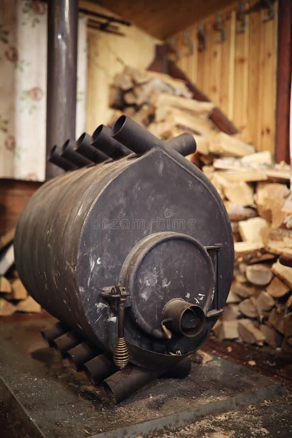 Fogão ardente de madeira Lenha para o aquecimento da fornalha Armazém para fotos de stock royalty free
