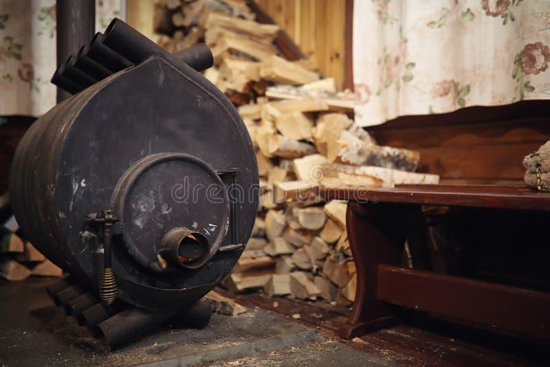 Fogão ardente de madeira Lenha para o aquecimento da fornalha Armazém para fotografia de stock royalty free