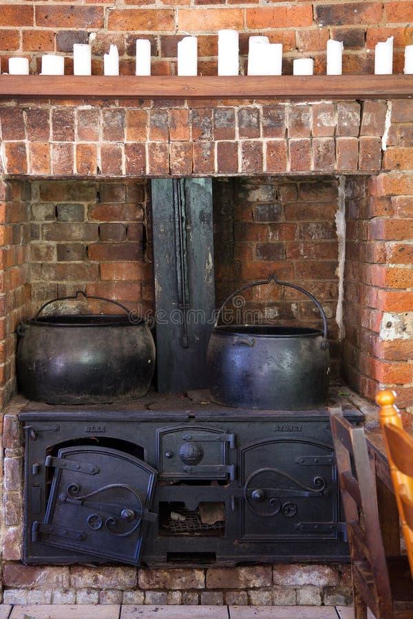 Fogão de cozinha ardente de madeira do vintage fotografia de stock royalty free
