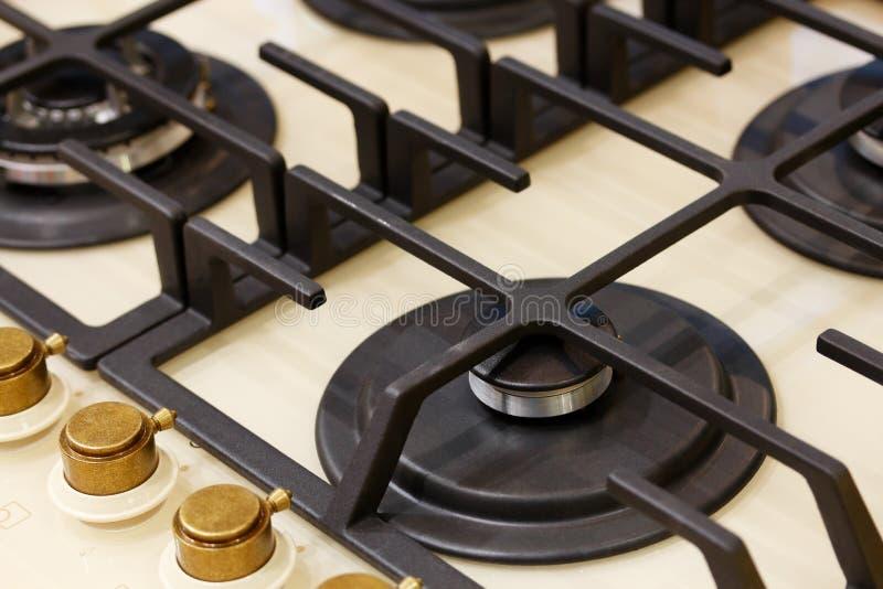 Fogão de gás clássico de quatro queimadores com botões de bronze imagens de stock