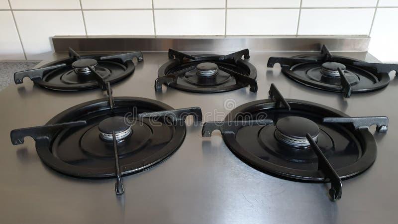 Fogão de gás com cinco anéis na cozinha fotos de stock royalty free