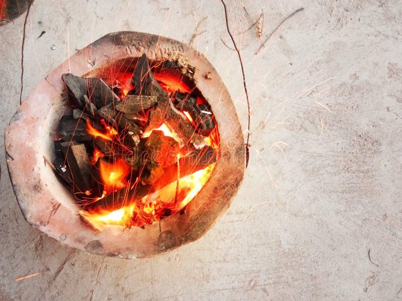 Fogão do carvão vegetal pronto para grelhar o alimento na vista superior imagem de stock