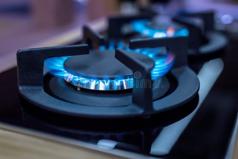 fogão Fogão do cozinheiro Fogão de cozinha moderno com queimadura das chamas azuis fotos de stock