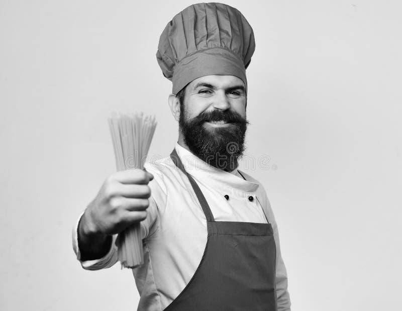 Fogão ou cozinheiro chefe principal Conceito italiano da culinária Homem com a barba isolada no fundo branco imagens de stock royalty free