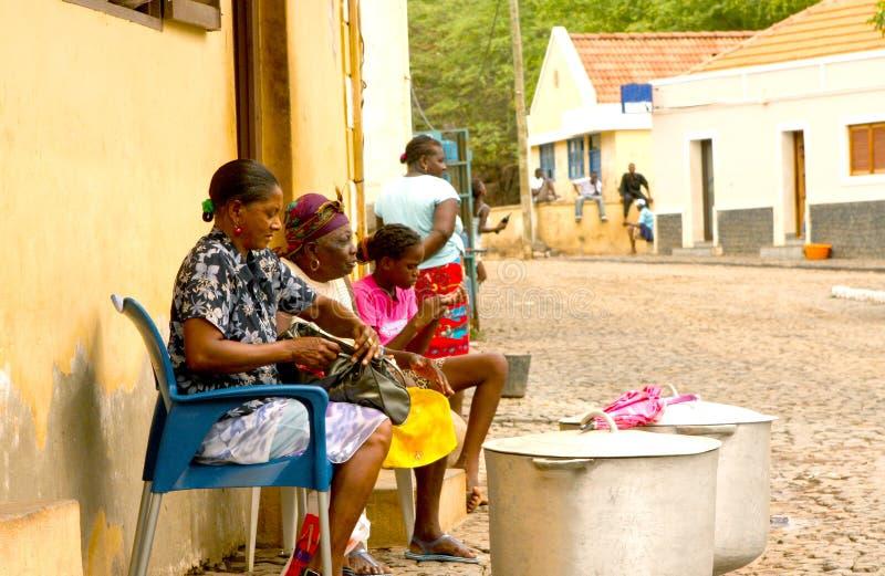 Fogões cabo-verdianos da rua foto de stock royalty free