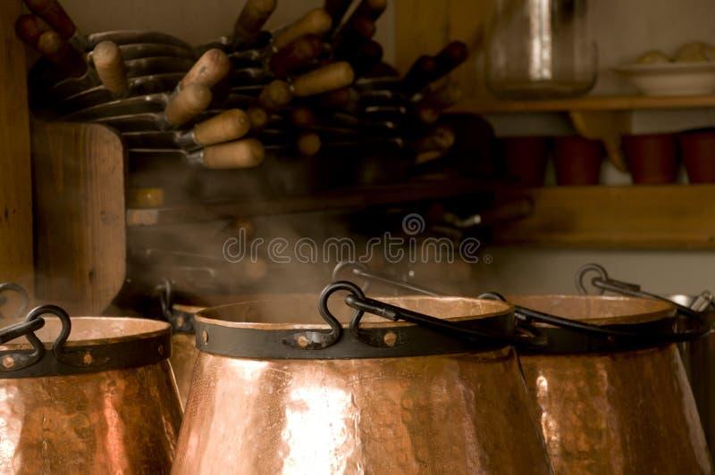 Fogões de cobre com cozinhar o alimento fotografia de stock royalty free