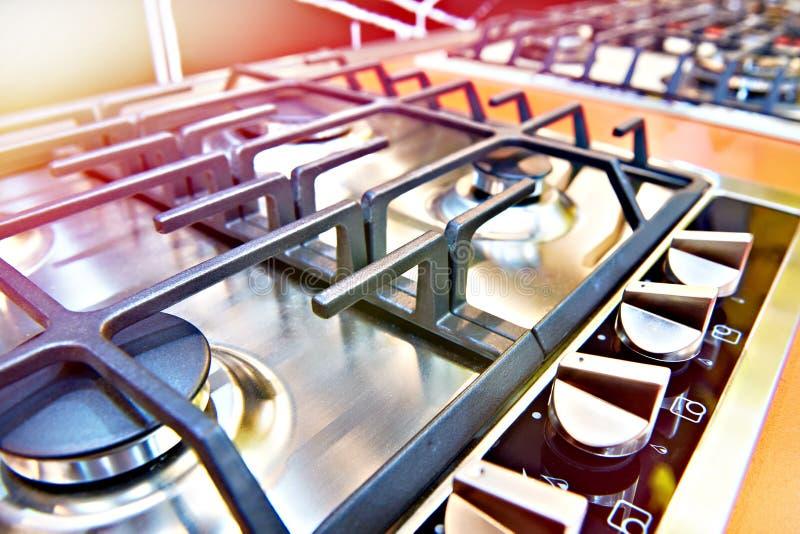 Fogões de gás modernos na loja imagens de stock