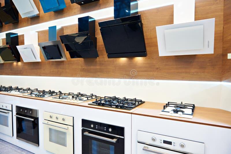 Fogões e capas modernos de gás na exposição na loja fotografia de stock royalty free