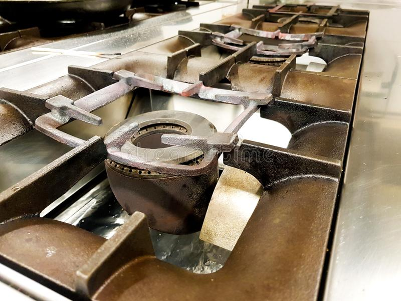 fogões e fogos na cozinha de um restaurante foto de stock