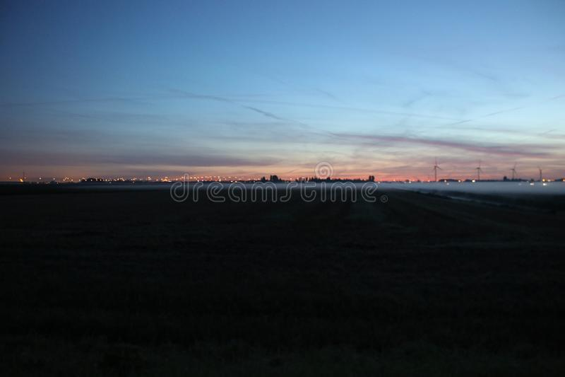 Fog över ängarna under soluppgången i Zuidplaspolder i Zevenhuizen Nederländerna arkivfoto