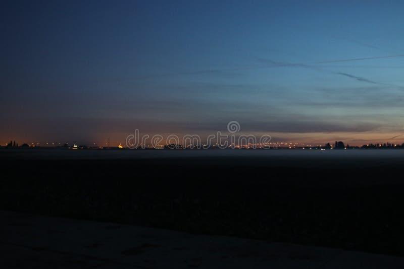 Fog över ängarna under soluppgången i Zuidplaspolder i Zevenhuizen Nederländerna royaltyfri fotografi