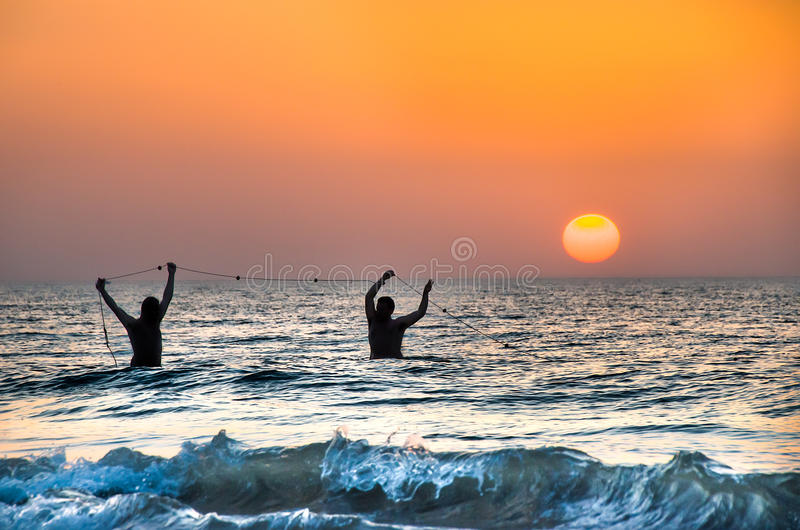 Foggia Włochy, Sierpień, - 13, 2014: dwa fishermans ciągną ich fishnets zdjęcie stock