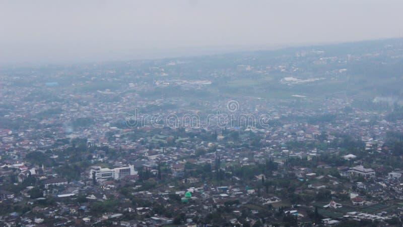 Foggy malang City på morgonen royaltyfria bilder
