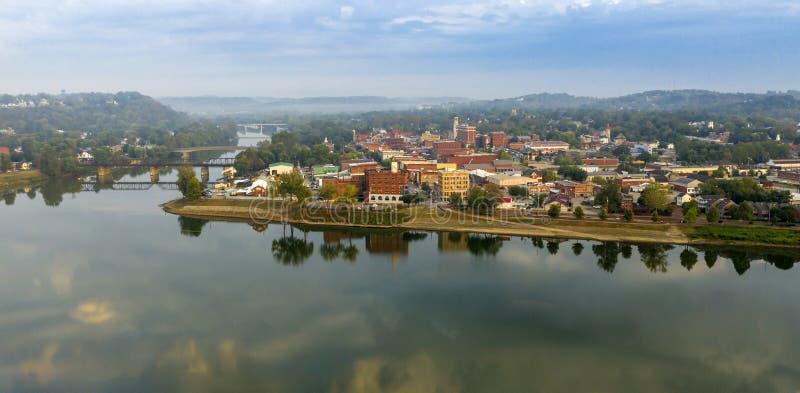 Foggy Morning Over the River en Main Street Marietta Ohio Washington County royalty-vrije stock afbeeldingen