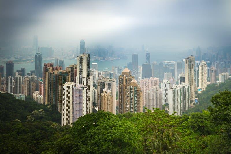 Foggy Victoria Harbour och Hong Kong Central från avstånd arkivbilder