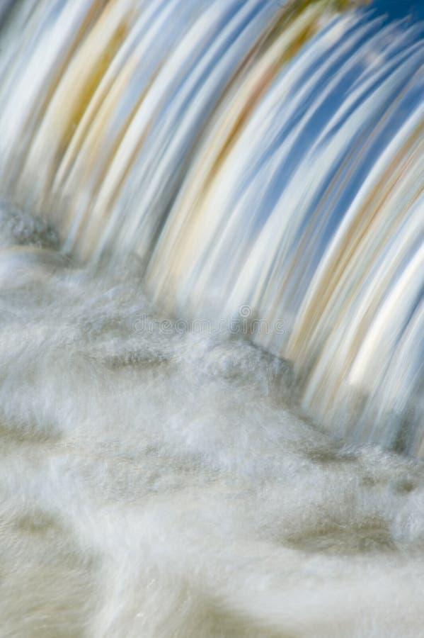 Fogli di caduta e del cielo che riflettono in una cascata fotografia stock libera da diritti