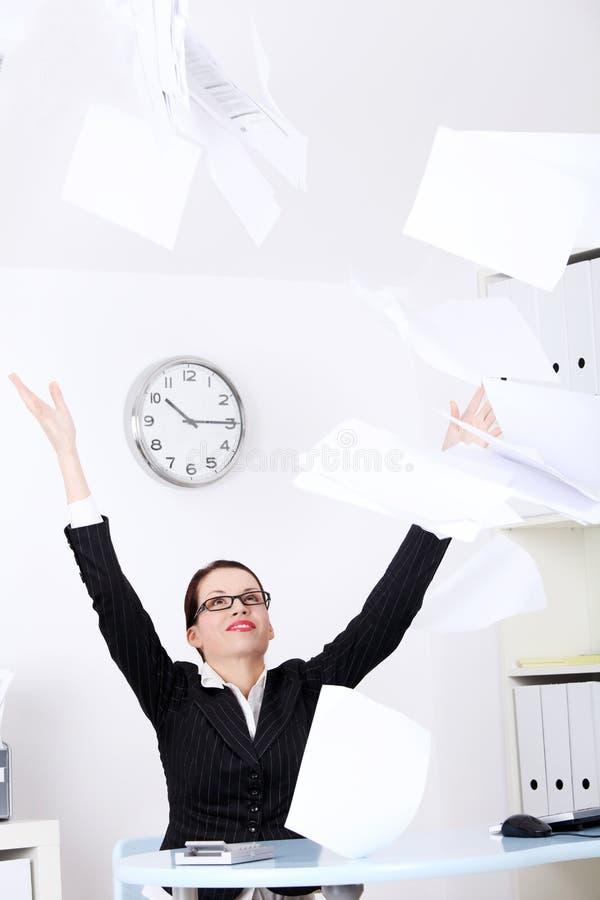 Fogli di carta della donna di affari di lancio. immagine stock libera da diritti