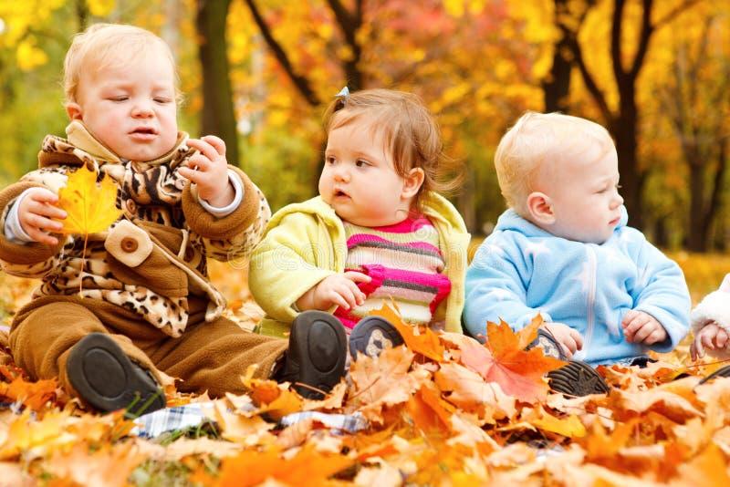 Fogli e bambini di autunno fotografie stock