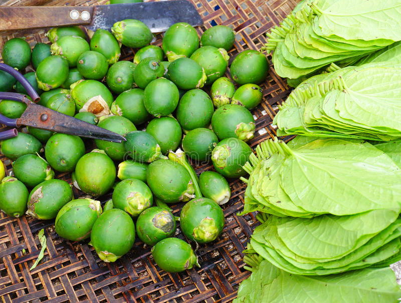Foglia del betel con la noce di betel da vendere al mercato fotografia stock libera da diritti