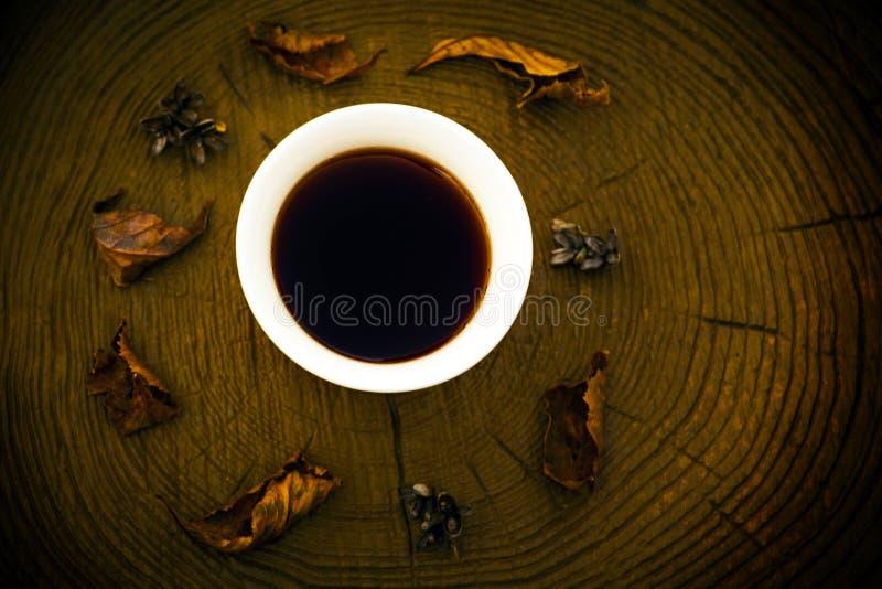 Foglia di vetro di autunno di Puer del tè cinese nero di legno immagini stock