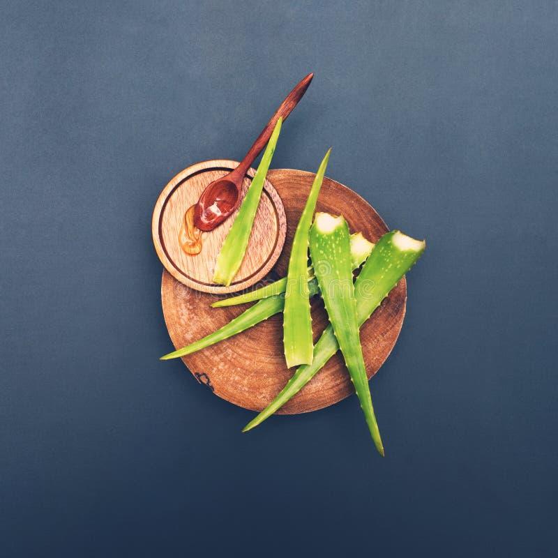 Foglia e gel di vera dell'aloe sul cucchiaio di legno, piatto immagine stock