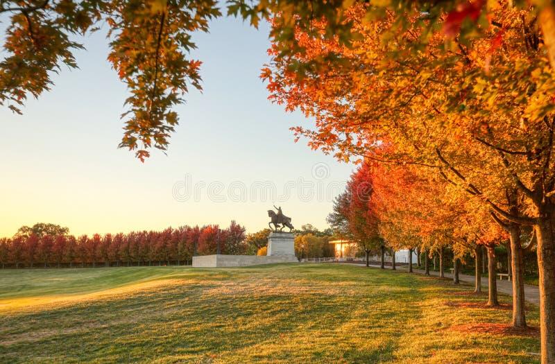 Fogliame di caduta e di alba su Art Hill, St. Louis, Missouri immagine stock
